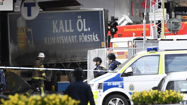 Police cordons the truck which crashed into the Ahlens department store at Drottninggatan in central Stockholm, April 7, 2017 - Sputnik International