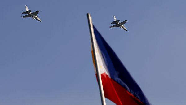Two newly-acquired FA-50 fighter jets from South Korea make a high-speed pass over the Rizal Park during flag-raising rites in 2013 - Sputnik International
