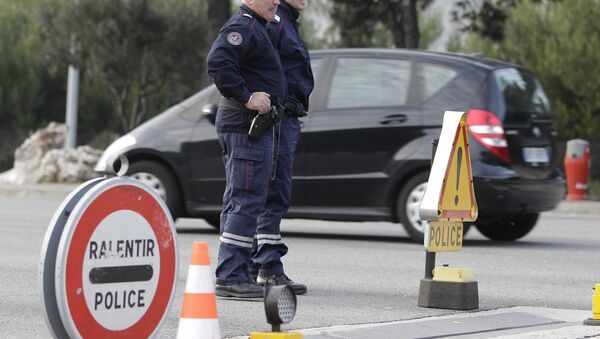 French custom officers keep watch on cars in La Turbie, southeastern France, near the Franco-Italian border, in spite of the EU's passport-free zone Schengen, as security measures are taken ahead of the G20 Summit of Cannes, Monday, Oct.31, 2011. - Sputnik International