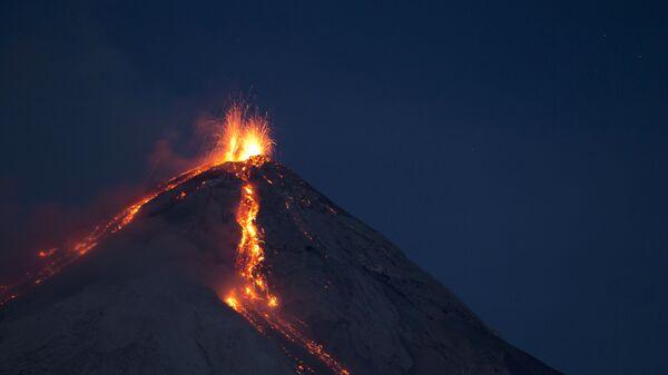 Volcan de Fuego, or Volcano of Fire, spews hot molten lava from its crater in San Juan Alotenango, Guatemala, Wednesday, July 1, 2015. - Sputnik International