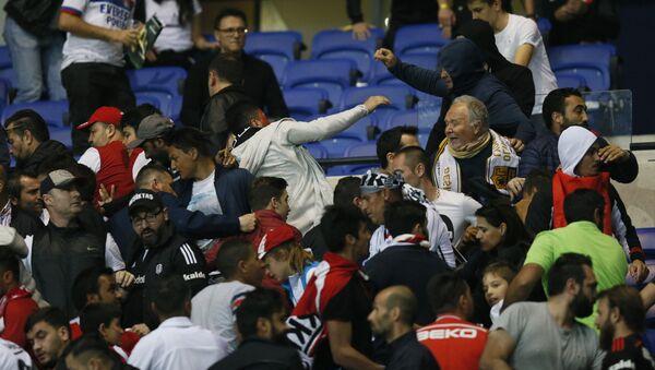 Besiktas and Lyon football fans clash in the stands, 2017 - Sputnik International