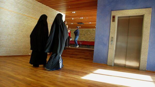 Two muslim girls with burqas is walking inside the Burgarden secondary school in sweden vestern town Gothenburg  (file) - Sputnik International