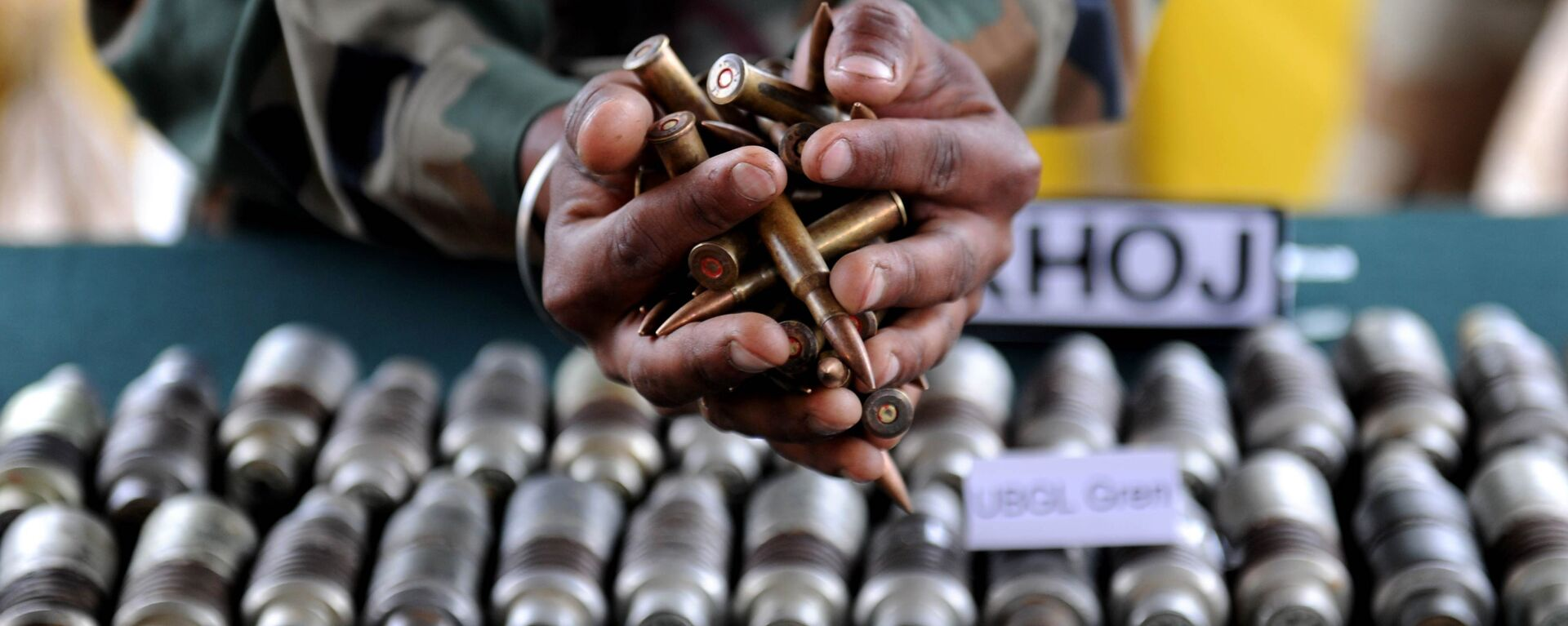 Indian army officials display arms and ammunition at Handwara in north Kashmir some 80 km from Srinagar on May 9,2011 - Sputnik International, 1920, 13.11.2019