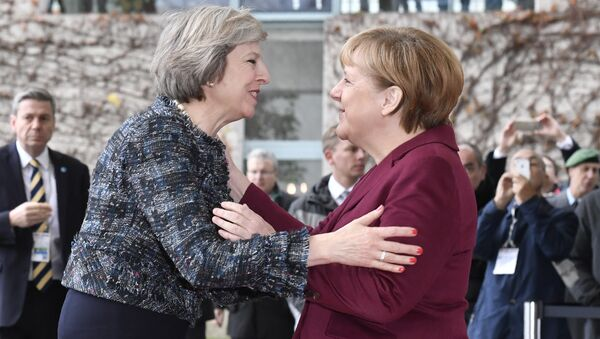 German Chancellor Angela Merkel (R) welcomes British Prime Minister Theresa May as she arrives for a meeting of the US President with European leaders on November 18, 2016 at the Chancellery in Berlin - Sputnik International