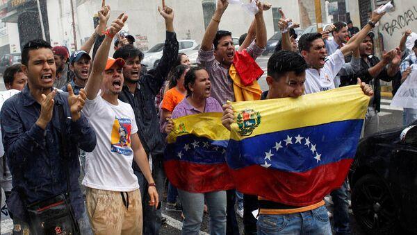 Opposition supporters shout slogans during a protest against Venezuelan President Nicolas Maduro's government in San Cristobal, Venezuela March 31, 2017 - Sputnik International