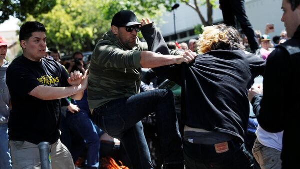 Demonstrators for and against U.S. President Donald Trump fight during rally in Berkeley, California in Berkeley, California, U.S., April 15, 2017 - Sputnik International