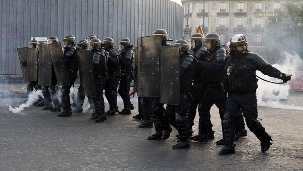 Riot police officers take position during a protest in Paris - Sputnik International
