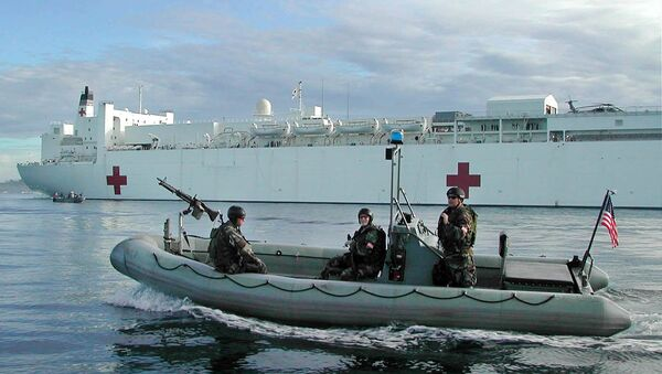 Members of the US Navy SEALS on a rubber boat patrol around the US Navy hospital ship the USNS Mercy - Sputnik International