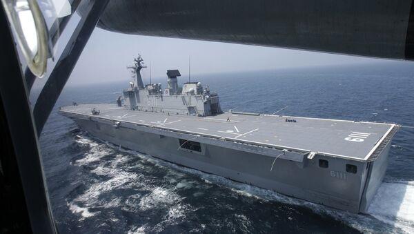 The South Korean navy's 14,000 ton-class large-deck landing ship Dokdo sails through the Yellow Sea of South Korea during military drills, Thursday, Aug. 5, 2010. - Sputnik International