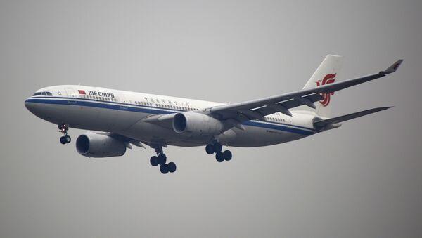An Air China plane flies to Beijing Capital International Airport in Beijing, China (File) - Sputnik International