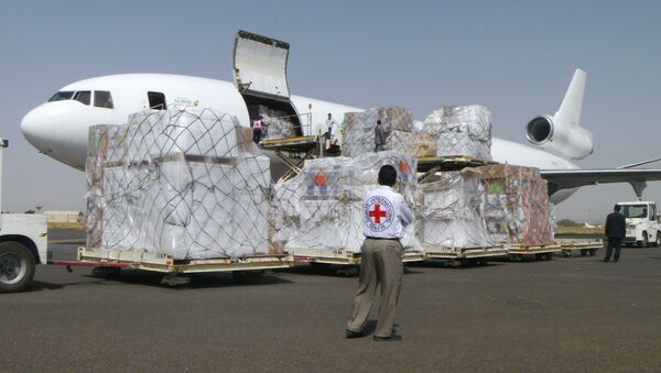 International Committee of the Red Cross workers unload a cargo plane carrying humanitarian relief supplies for civilians  at the airport in Sanaa, Yemen (File) - Sputnik International