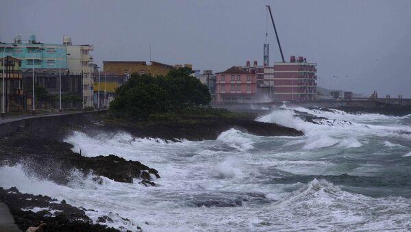 Waves crash against a seawall in Baracoa, Cuba, Tuesday, Oct. 4, 2016 - Sputnik International