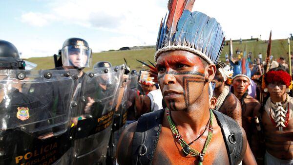 Бразильские индейцы во время демонстрации против ущемления своих прав в городе Бразилиа  - Sputnik International