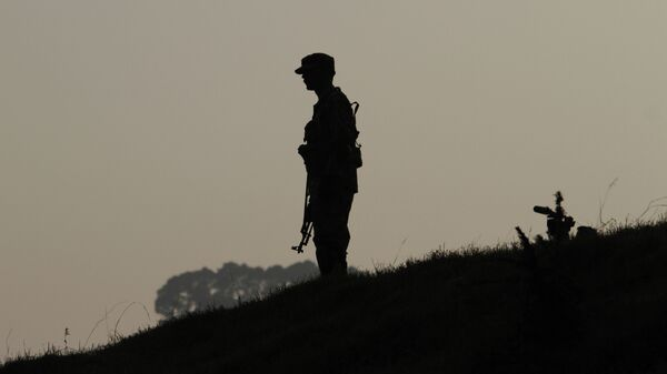 A Pakistan army soldier stands guard at hilltop post at a forward area on the Line of Control (LOC), that divides Kashmir between Pakistan and India. (File) - Sputnik International