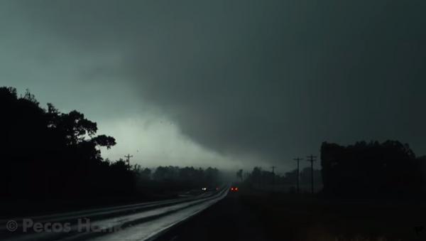 Storm Chaser Captures Wild Tornado Footage - Sputnik International