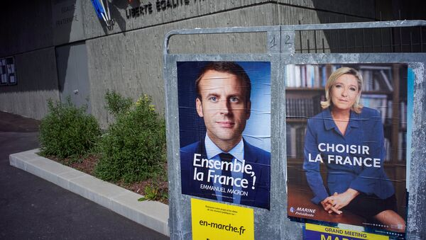 New official posters for the candidates for the 2017 French presidential election, Emmanuel Macron (L), head of the political movement En Marche !, or Onwards !, and Marine Le Pen (R), French National Front (FN) political party leader, are displayed in Fontaines-sur-Saone, near Lyon, France, April 30, 2017 - Sputnik International