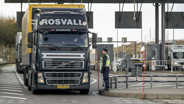 Police and customs personnel stop a freight truck at the toll booth at the Swedish end of the bridge between Sweden and Denmark in Malmo, Sweden, on November 12, 2015 - Sputnik International