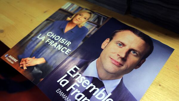 Electoral documents for the upcoming second round of 2017 French presidential election are displayed as registered voters will receive an envelope containing the declarations of faith of each candidate, Emmanuel Macron (R) and Marine Le Pen (L), along with the two ballot papers for the May 7 second round of the French presidential election, in Nice, France, May 3, 2017 - Sputnik International
