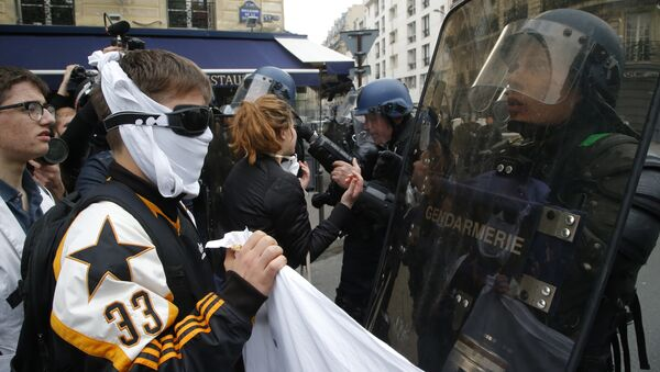 High school children face riot police officers during a demonstration in Paris, Friday May, 5, 2017 - Sputnik International