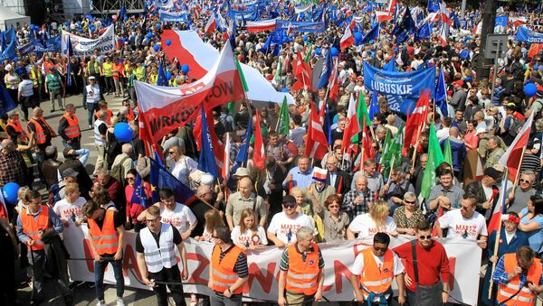 People gather at an anti-government demonstration called March of Freedom organised by opposition parties in Warsaw, Poland May 6, 2017 - Sputnik International