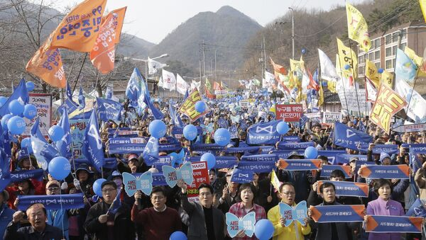 Protesters stage a rally to oppose the deployment of US Terminal High-Altitude Area Defense (THAAD) missile defence system in Seongju in South Korea - Sputnik International