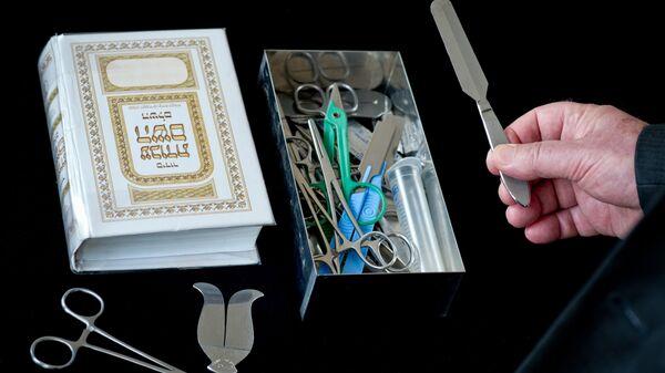 Rabbi presenting his surgical instruments for circumcision (File) - Sputnik International
