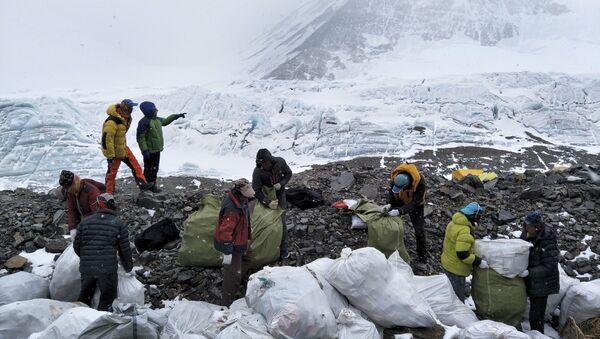 Volunteers help in a massive cleanup campaign on Mount Everest, May 2017 - Sputnik International