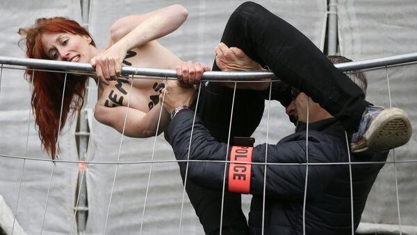 Полиция ловит активистку Femen, протестующую против партии Марин Ле Пен, Франция - Sputnik International