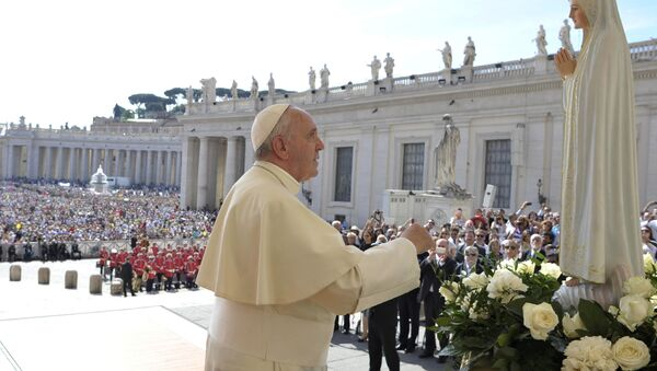 Pope Francis pays homage to the statue of St. Mary of Fatima during his weekly general audience in St. Peter's Square at the Vatican, Wednesday, May 13, 2015. - Sputnik International