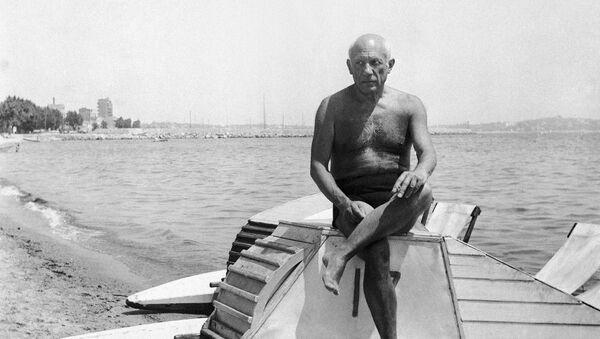 Pablo Picasso suns himself on a boat on the beach at Golfe Juan in Vallauris on the French Riviera on March 10, 1948. - Sputnik International