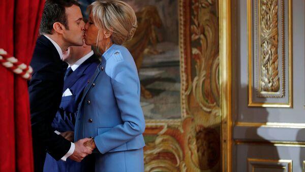 Президент Франции Эммануэль Макрон со своей супругой Бриджит на церемонии инаугурации в Париже - Sputnik International