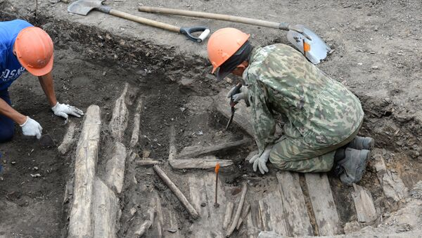 Archaelogists on the territory of Zaryadye Park under construction where archaeological excavations are conducted - Sputnik International