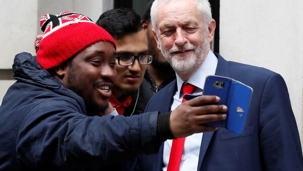 Jeremy Corbyn, the leader of Britain's opposition Labour Party, poses for a selfie as he leaves BBC radio studios in London, May 18, 2017. - Sputnik International