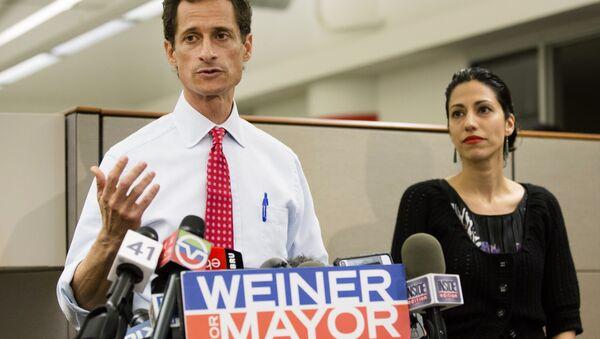 Anthony Weiner during his Mayoral bid in 2013 alongside his wife, Huma Abedin. - Sputnik International