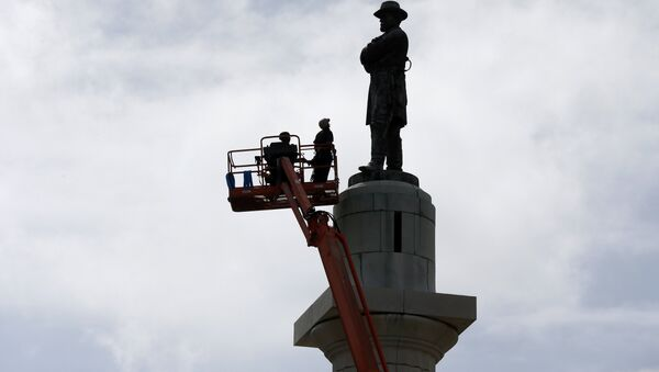 Workers prepare to take down the statue of Robert E. Lee, former general of the Confederacy, which stands in Lee Circle in New Orleans, Friday, May 19, 2017. The city is completing the Southern city's removal of four Confederate-related statues that some called divisive. - Sputnik International