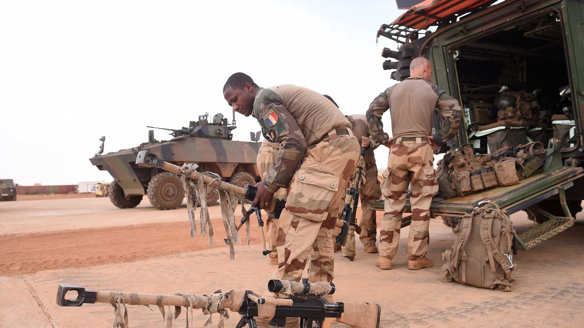 A French soldier prepares for the visit of French President Emmanuel Macron in Africa's Sahel region in Gao, northern Mali, 19 May 2017 - Sputnik International, 1920, 26.09.2021