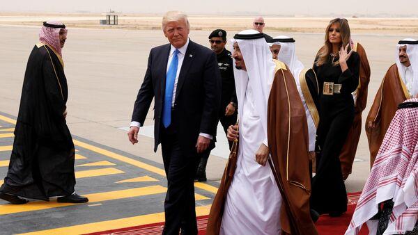 Saudi Arabia's King Salman bin Abdulaziz Al Saud (C) welcomes U.S. President Donald Trump and first lady Melania Trump (2-R) as they arrive aboard Air Force One at King Khalid International Airport in Riyadh, Saudi Arabia May 20, 2017 - Sputnik International