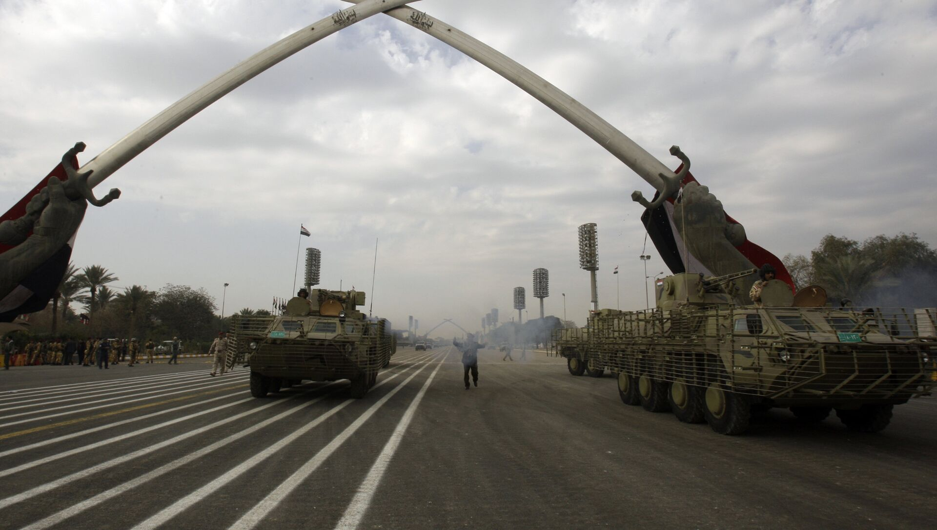 Iraqi army military vehicles march under the victory Arch landmark during a parade to mark the 91st Army Day in Baghdad on January 6, 2012, weeks after US troops completed their pullout - Sputnik International, 1920, 25.07.2021