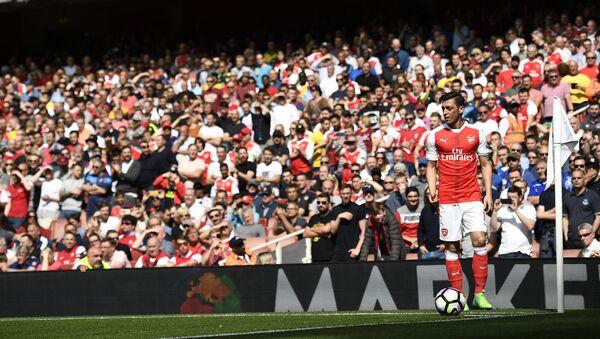 Arsenal's Mesut Ozil takes a corner - Sputnik International