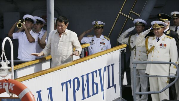 Russian Navy and a Philippine officer salute as Philippine President Rodrigo Duterte alights from the Russian anti-submarine Navy vessel Admiral Tributs in Manila, Philippines on Friday, Jan. 6, 2017 - Sputnik International