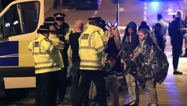 Emergency services personnel speak to people outside Manchester Arena after reports of an explosion at the venue during an Ariana Grande concert in Manchester, England, Monday, May 22, 2017. - Sputnik International