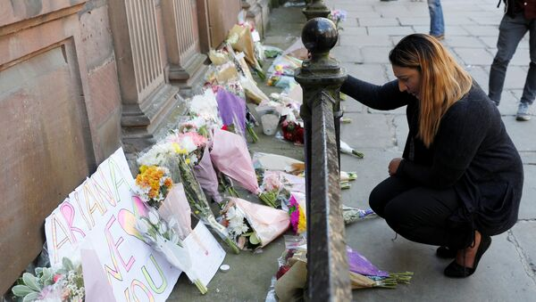 A woman lays flowers for the victims of the Manchester Arena attack, in central Manchester, Britain May 23, 2017. - Sputnik International