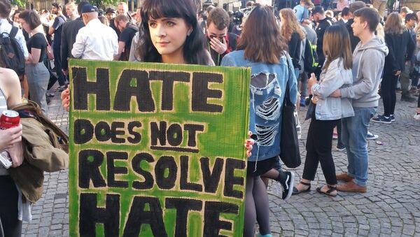 Thea Brooks, student, with her placard - Sputnik International