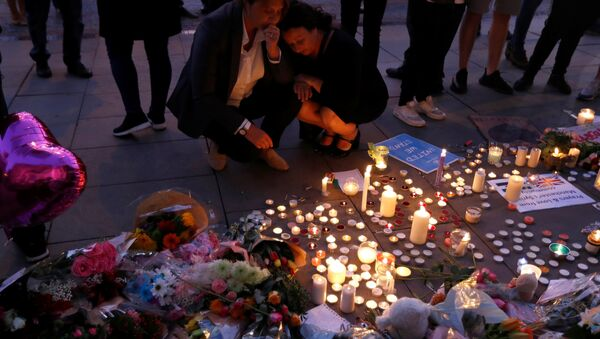 Women pay their respects to all those affected by the bomb attack, following a vigil in central Manchester, Britain May 23, 2017. - Sputnik International