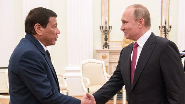 President Vladimir Putin at a meeting with President of the Philippines Rodrigo Duterte, left - Sputnik International
