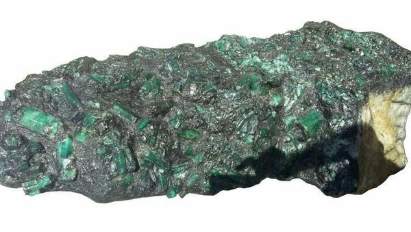 This photo released by the Bahia Mineral Cooperative shows a 4.3-foot tall emerald weighing more than 600 pounds in Bahia, Brazil, Monday, May 22, 2017. - Sputnik International