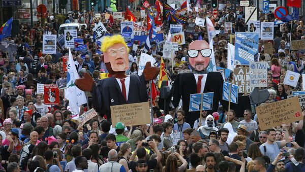 Protesters carry effigies of US President Donald Trump and Belgian PM Charles Michel during a demonstration in the center of Brussels on Wednesday, May 24, 2017 - Sputnik International