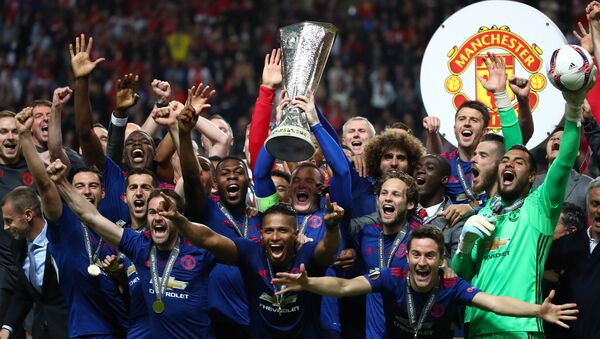 Manchester United's Wayne Rooney and team mates celebrate with the trophy after winning the Europa League - Sputnik International
