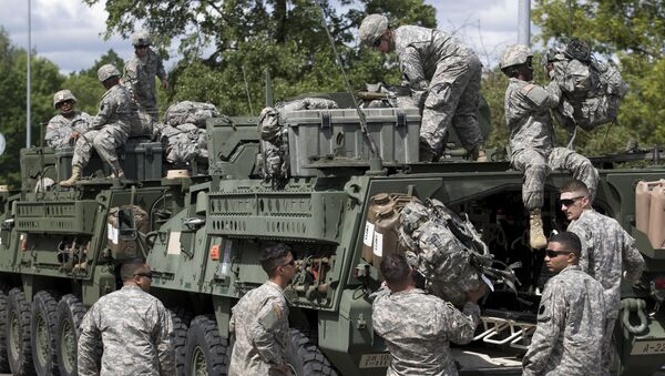 Members of the U.S. Army of the Pennsylvania National Guard unload equipment as they arrive at a airport in Vilnius, Lithuania, Sunday, June 5, 2016. - Sputnik International