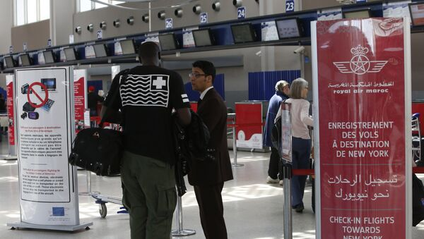 Airport staff inform passengers at the entrance to the Casablanca - New York flight checkpoint at Casablanca Mohammed V International Airport on Thursday, March 29, 2017 - Sputnik International